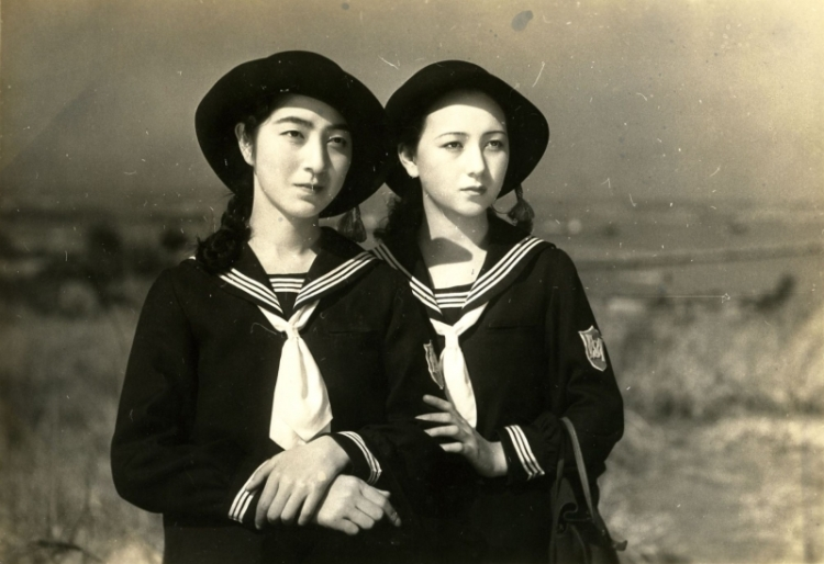 japanese girls at the harbour